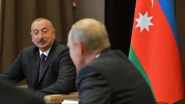 Президент РФ Владимир Путин и президент Азербайджана Ильхам Алиев (слева) во время встречи - Sputnik Азербайджан