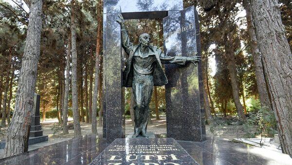 Надгробный мемориал профессора Лютфи Заде в Аллее почетного захоронения в Баку - Sputnik Азербайджан