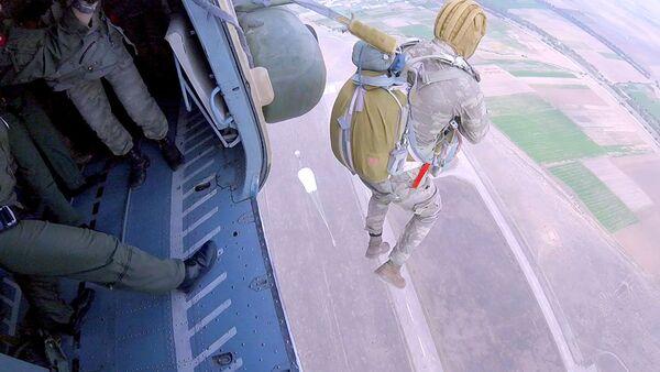 Занятия по парашютной подготовке подразделений ВВС Азербайджана - Sputnik Азербайджан