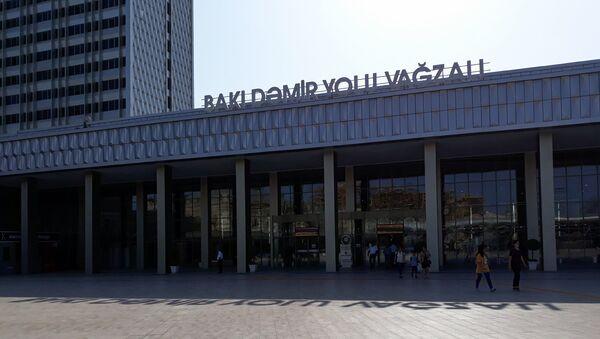 Зал ожиданий Бакинского железнодорожного вокзала  - Sputnik Azərbaycan