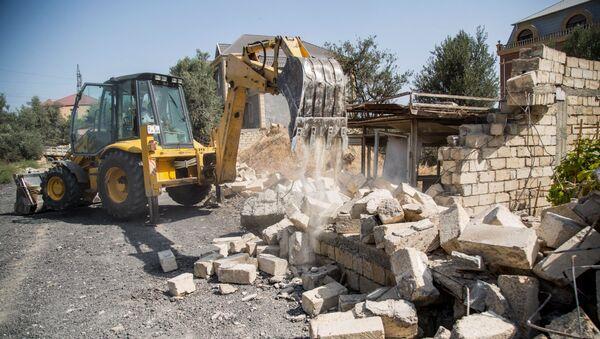 Демонтаж незаконно построенного забора в 6-м микрорайоне Бинагадинского района Баку - Sputnik Azərbaycan
