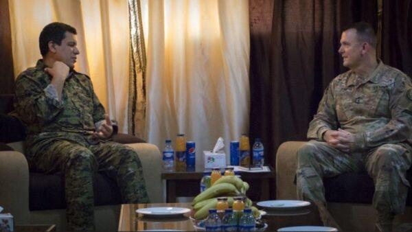 Amerikalı general Pol Funk PKK/YPG terror təşkilatının Suriyadakı liderlərindən olan Ferhat Abdi Şahinin görüşü - Sputnik Azərbaycan