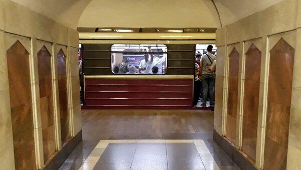 Поезд на станции Эльмляр Академиясы Бакинского метрополитена - Sputnik Азербайджан