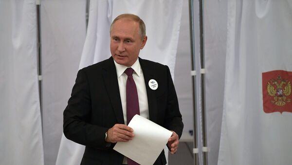 Президент РФ Владимир Путин во время голосования на выборах мэра Москвы на избирательном участке № 2151 в здании Российской академии наук - Sputnik Азербайджан