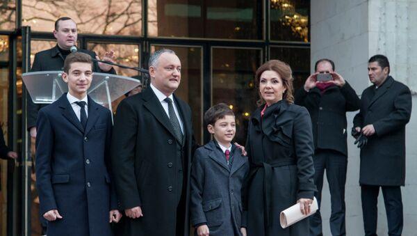 Избранный президент Молдавии Игорь Додон с супругой Галиной и сыновьями у входа во Дворец Республики, где должна пройти церемония инаугурации - Sputnik Азербайджан