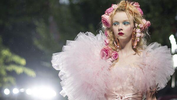 Модель представляет коллекцию бренда Rodarte на Неделе моды в Нью-Йорке, США - Sputnik Азербайджан