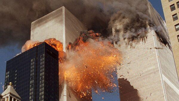 Боинг, следовавший рейсом 175 United Airlines врезался в южную сторону башни - Sputnik Азербайджан