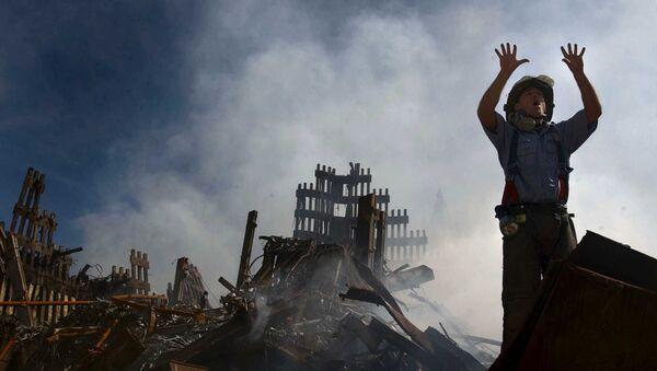 Пожарный зовет на помощ десятерых человек у руин Всемирного торгового центра 15 сентября 2001 года в Нью-Йорке, США - Sputnik Азербайджан