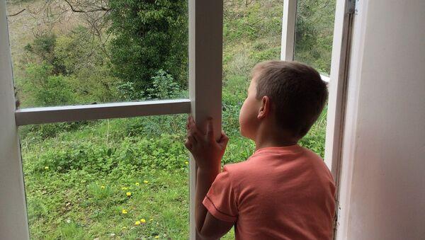 Мальчик у окна, фото из архива - Sputnik Азербайджан