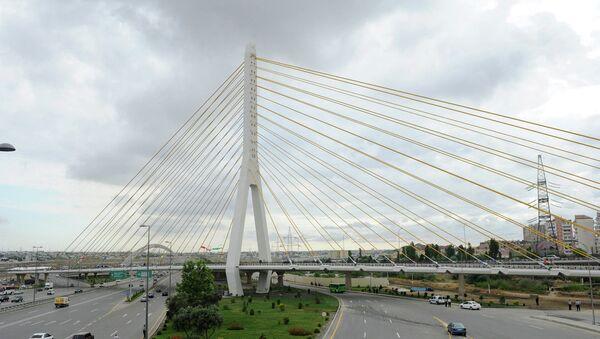 Мост на пересечении бакинских проспектов Гейдара Алиева и Зии Буниятова, близ станции метро Кероглу - Sputnik Азербайджан