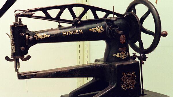 Швейная машина челночного стежка производства компании Зингер - Sputnik Азербайджан