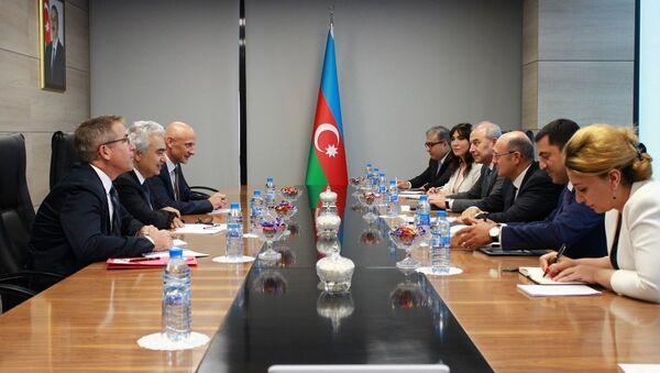 Глава Международного энергетического агентства Фатих Бирол на встрече с министром энергетики АР Парвизом Шахбазовым. Баку, 12 сентября 2018 года - Sputnik Азербайджан