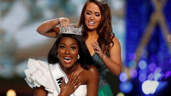 Победительница прошлого года Кара Мунд надевает корону на победительницу Мисс Америка-2019 Ниа Имани - Sputnik Азербайджан