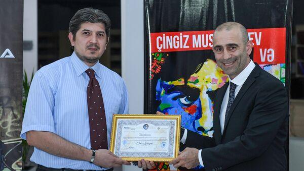 Награждение сотрудника Sputnik Азербайджан Эльнура Салаева - Sputnik Азербайджан