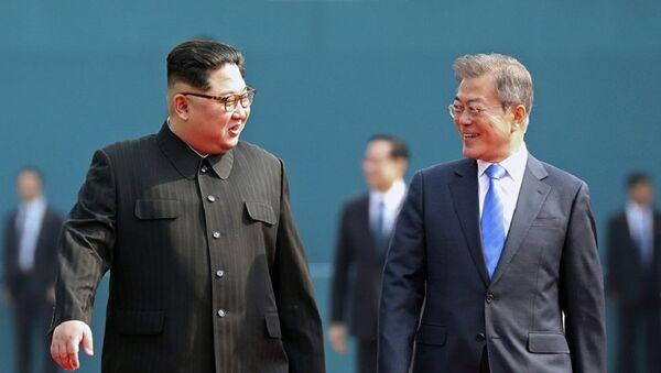 Лидеры Южной Кореи и КНДР Мун Чжэ Ин и Ким Чен Ын - Sputnik Азербайджан