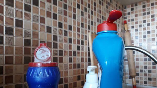 Чистящие средства на кухне, фото из архива - Sputnik Азербайджан