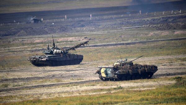 Основной этап военных маневров вооруженных сил Восток-2018 на полигоне Цугол в Забайкальском крае - Sputnik Азербайджан