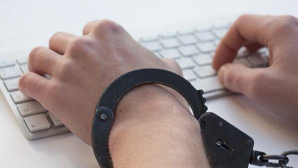 Мужчина в наручниках перед компьютером, фото из архива - Sputnik Азербайджан