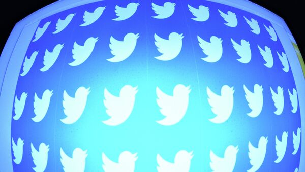 Страница сайта Twitter в окне браузера компьютера. Архивное фото - Sputnik Азербайджан