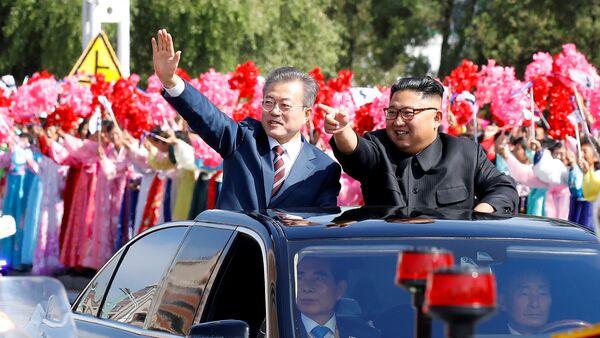 Лидеры КНДР и Южной Кореи Ким Чен Ын и Мун Чжэ Ин - Sputnik Азербайджан