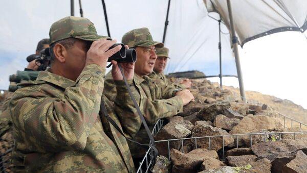 Министр обороны генерал-полковник Закир Гасанов и руководство министерства проверили боевую готовность подразделений, расположенных вдоль линии соприкосновения войск на высоких горных вершинах - Sputnik Азербайджан