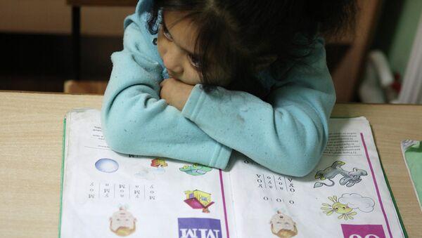 Девочка на уроке русского языка, фото из архива - Sputnik Azərbaycan