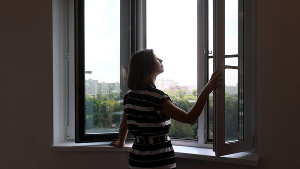 Девушка в одной из комнат новой квартиры, фото из архива - Sputnik Азербайджан