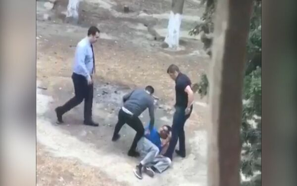 Директор и продавцы магазина, избившие человека за кражу - Sputnik Азербайджан