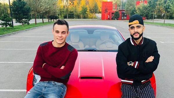 Известный российский блогер азербайджанского происхождения Гусейн Гасанов и Василий Романик - Sputnik Азербайджан