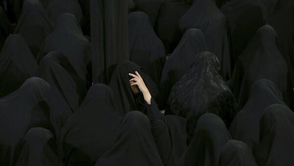 Мусульманские шииты плачут в священный день Ашуры в мечети Садат Ахави в Тегеране, Иран, в четверг, 20 сентября 2018 года - Sputnik Azərbaycan