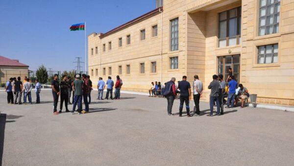 Мигранты у здания Государственной миграционной службы Азербайджана  - Sputnik Азербайджан