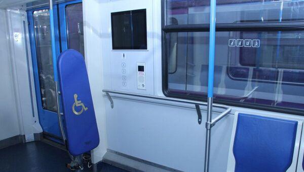 Место для людей с ограниченными физическими возможностями в вагоне Бакинского метрополитена - Sputnik Азербайджан