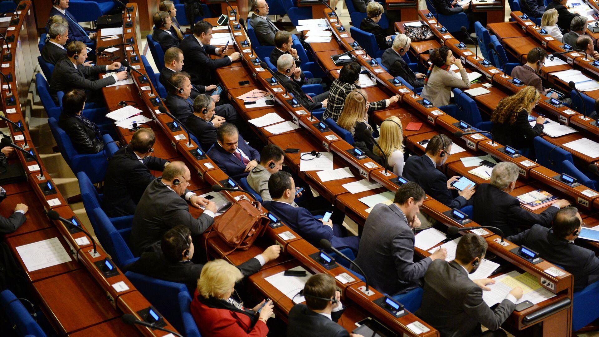 Делегаты в зале на пленарном заседании зимней сессии Парламентской ассамблеи Совета Европы - Sputnik Azərbaycan, 1920, 25.09.2021