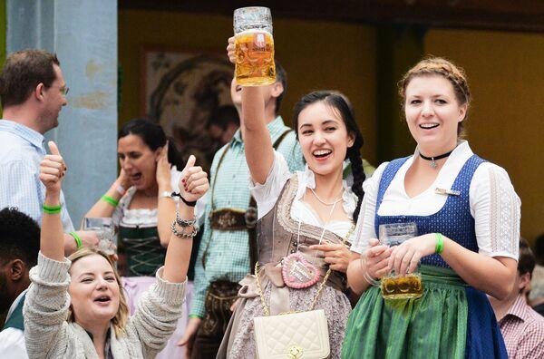 Девушки на открытии традиционного пивного фестиваля Октоберфест в Мюнхене - Sputnik Азербайджан