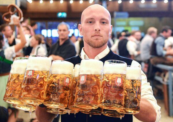 Официант разносит бокалы с пивом на открытии традиционного пивного фестиваля Октоберфест в Мюнхене - Sputnik Азербайджан