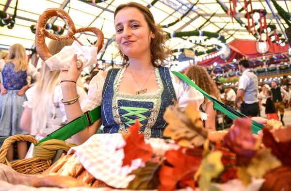Официантка разносит рогалики на открытии традиционного пивного фестиваля Октоберфест в Мюнхене - Sputnik Азербайджан