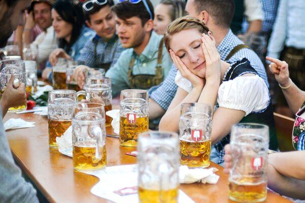 Посетители на открытии традиционного пивного фестиваля Октоберфест в Мюнхене - Sputnik Азербайджан