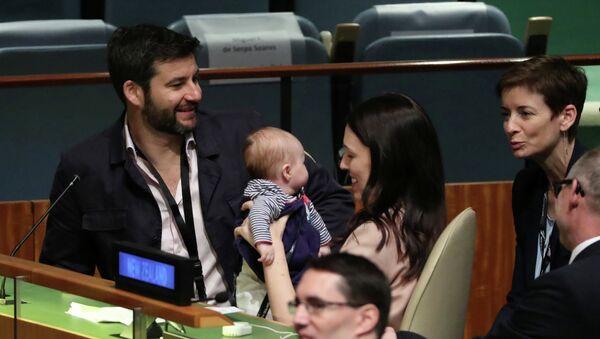 Премьер-министр Новой Зеландии Джасинда Ардерн со своим младенцем на заседании Генеральной Ассамблеи ООН, 24 сентября 2018 года - Sputnik Азербайджан