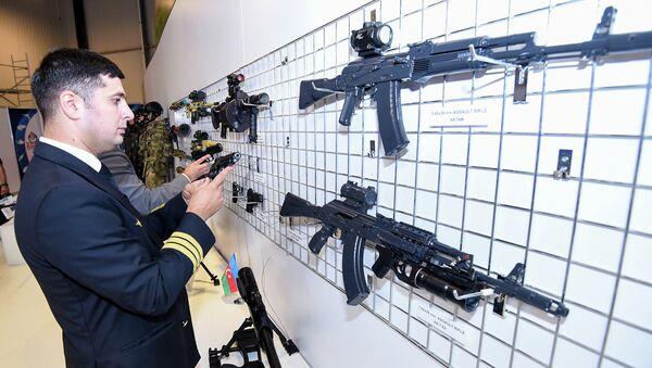 На национальном стенде Азербайджана было представлено различное стрелковое оружие  - Sputnik Азербайджан
