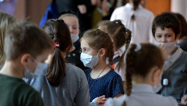 Ученики в медицинских масках в целях профилактики заболеваний, фото из архива - Sputnik Азербайджан