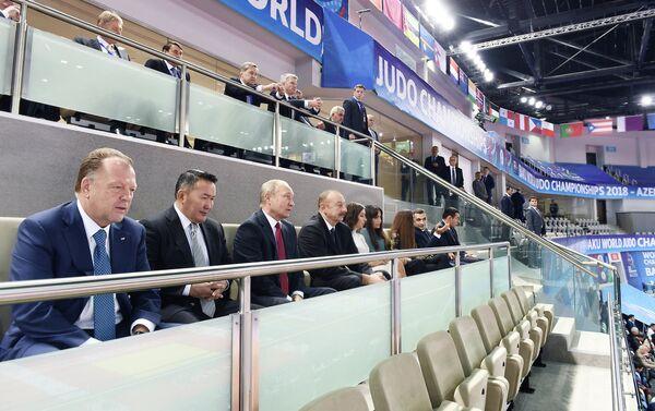 Президенты Азербайджана, России и Монголии наблюдают за ходом смешанных командных соревнований чемпионата мира по дзюдо - Sputnik Азербайджан