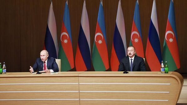 Президент Ильхам Алиев и президент России Владимир Путин на официальной церемонии открытия IX азербайджано-российского межрегионального форума в Баку - Sputnik Азербайджан