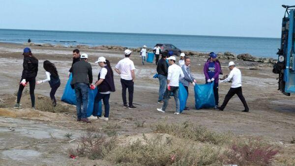 Субботник на прибрежной зоне Новханинского пляжа Каспийского моря - Sputnik Азербайджан