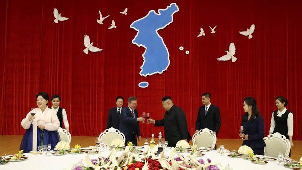 Визит президента Южной Кореи Мун Чжэ Ина в Пхеньян. 18 сентября 2018 года - Sputnik Азербайджан