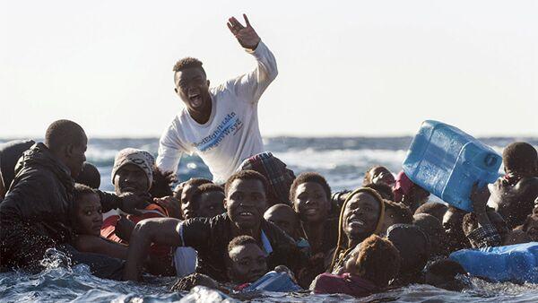 Мигранты в Средиземном море, 27 января 2018 года - Sputnik Азербайджан