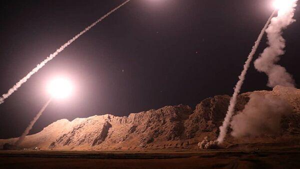 Запуск ракет класса земля-земля из города Керманшах в Иране по позициям боевиков на восточном берегу Ефрата в Сирии - Sputnik Азербайджан