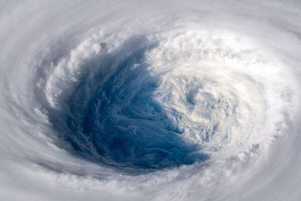 Вид на супертайфун Трами с МКС - Sputnik Азербайджан
