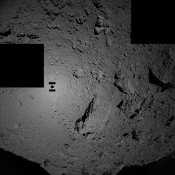 Тень зонда Хаябуса-2 на астероиде Рюгу - Sputnik Азербайджан