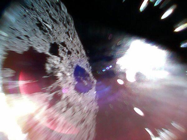 Астероид Рюгу, сфотографированный зондом Rover-1A - Sputnik Азербайджан