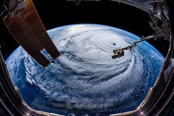 Ураган Флоренс, сфотографированный астронавтом Александром Герстом с МКС - Sputnik Азербайджан